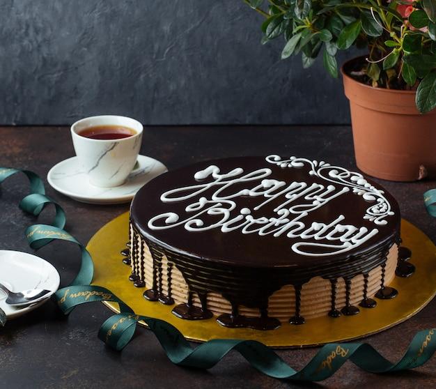 Pastel de feliz cumpleaños en la mesa Foto gratis