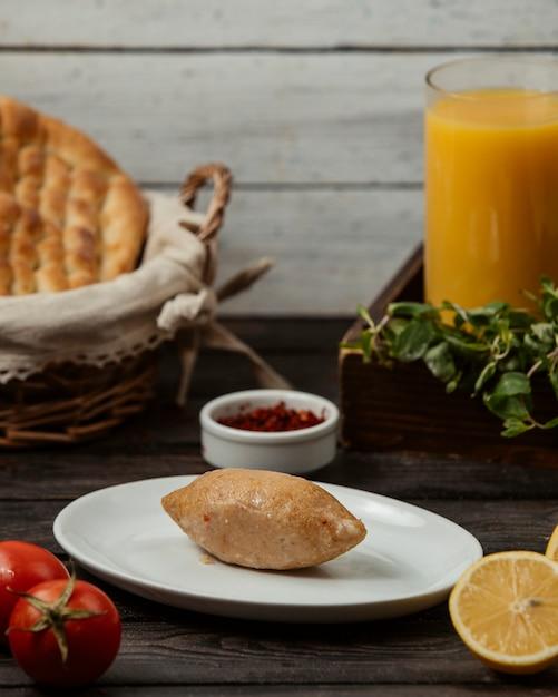 Pastel frito con carne y naranja fresca Foto gratis
