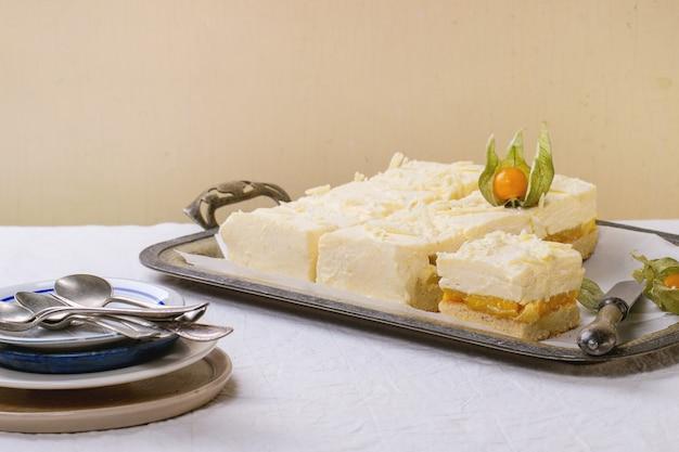 Pastel con frutas tropicales Foto Premium