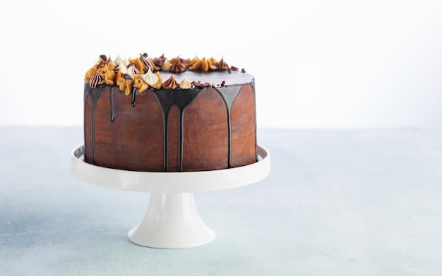 Pastel de goteo de chocolate con chocolate derretido y maní para un cumpleaños o celebración. Foto Premium