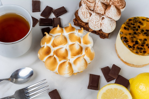 Pastel de mini chocolate, tarta de limón y maracuyá. Foto Premium