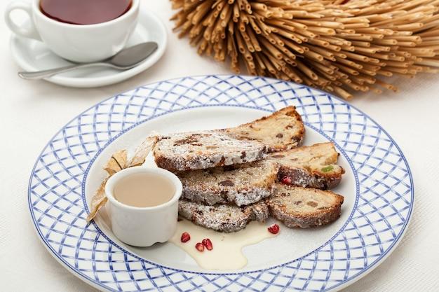 Pastel navideño y café Foto Premium