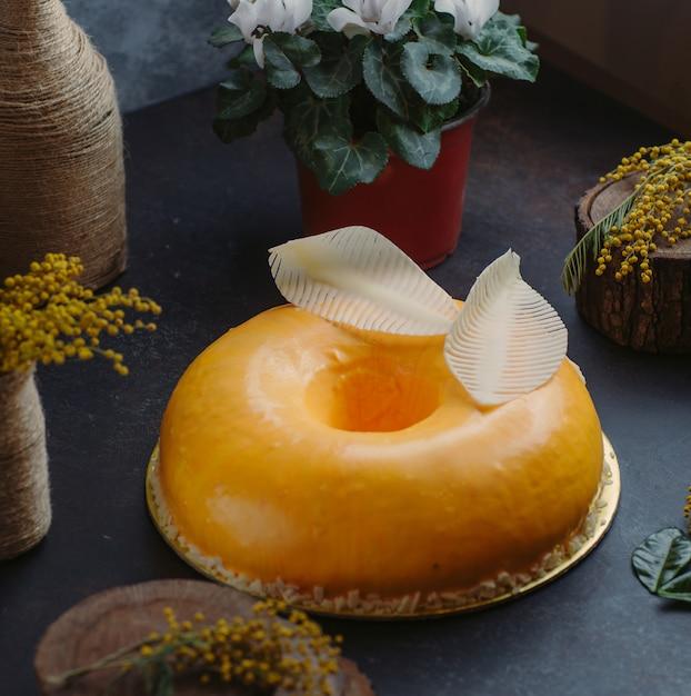 Pastel de queso redondo sobre la mesa Foto gratis