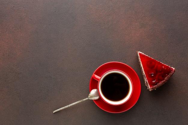 Pastel rojo y espacio de copia de café Foto gratis