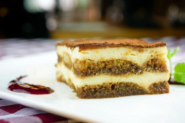 Pastel sobre una mesa de restaurante Foto gratis