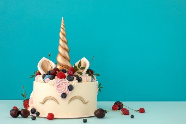 Pastel de unicornio gourmet con crema de mantequilla rosa y morada Foto Premium