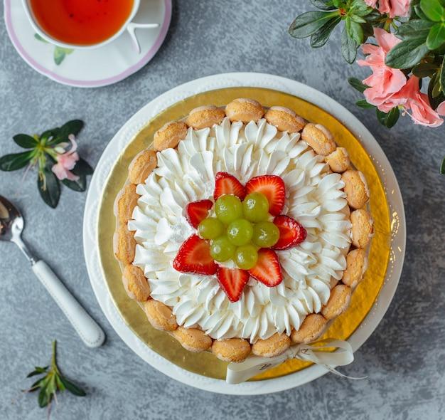 Pastel con uvas y fresa Foto gratis