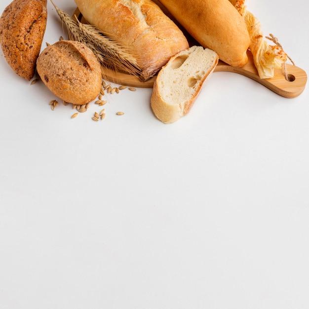 Pastelería diferente con hierba de trigo Foto gratis