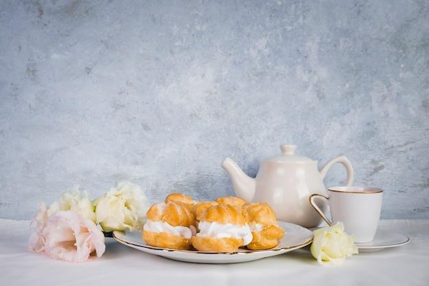 Pastelería y flores en el espacio de la copia Foto gratis