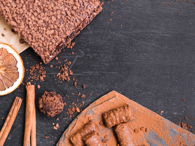 Pasteles de chocolate y dulces. Foto gratis