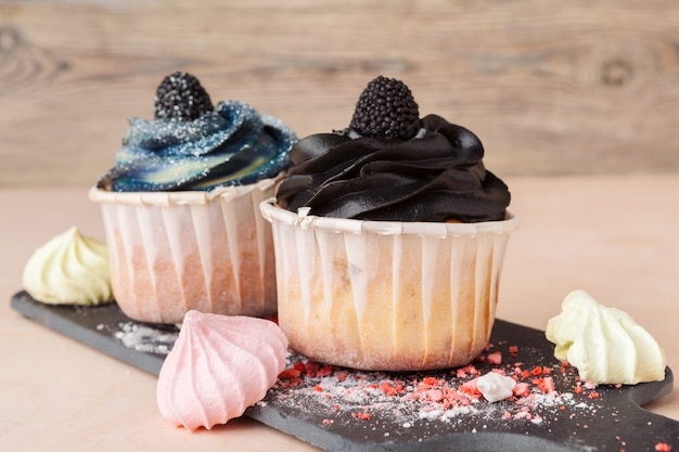 Pastelitos de colores con diferentes gustos. pequeños pasteles bonitos Foto Premium