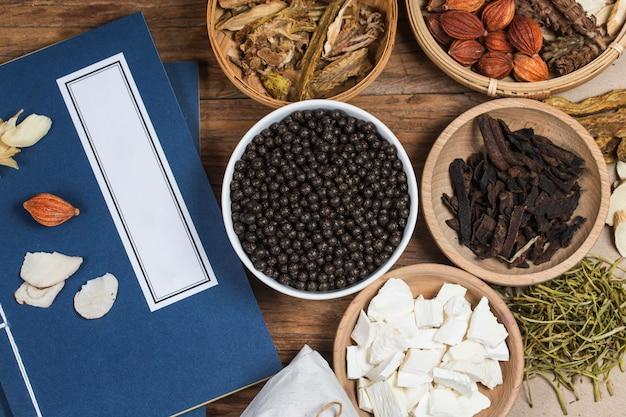 Pastillas de hierbas medicinales chinas apiladas Foto Premium