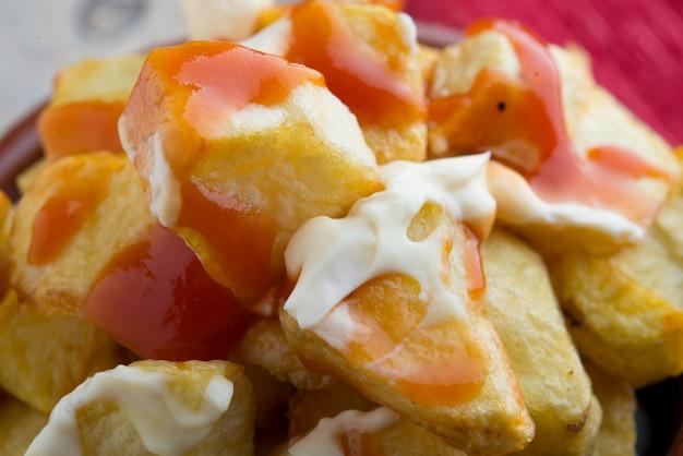 Patatas bravas tipicas españolas Foto Premium