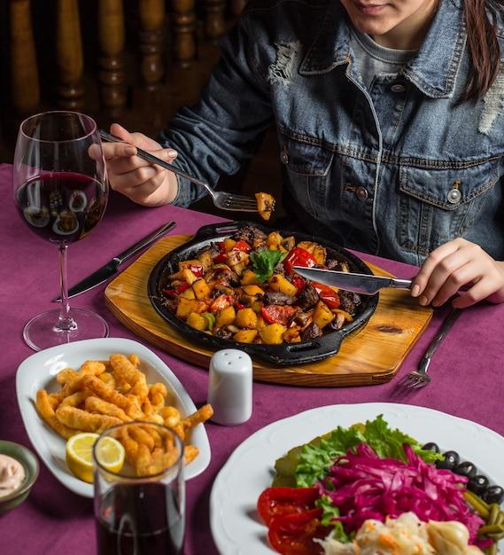Patatas fritas y champiñones sobre tabla de madera Foto gratis