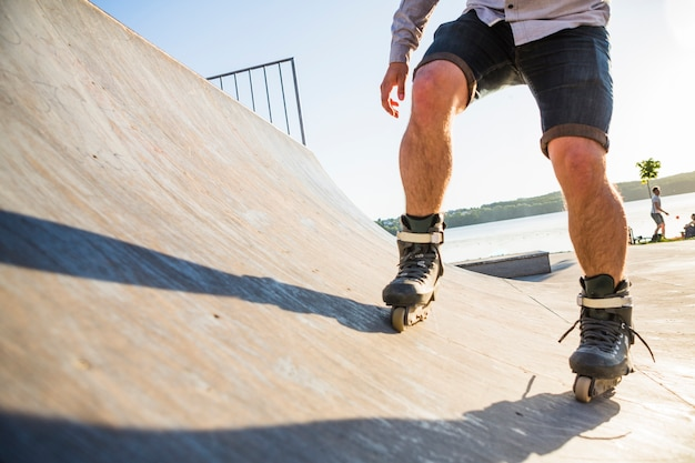 Patinaje sobre ruedas rollerskater en skatepark Foto gratis
