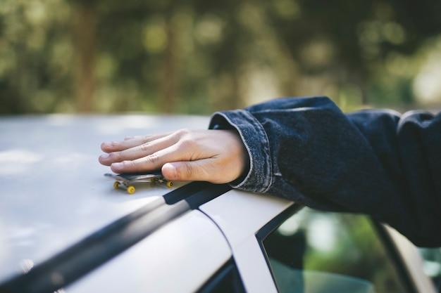 Patineta en miniatura en el techo del automóvil Foto gratis