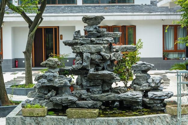 Patio con una fuente de piedra descargar fotos gratis - Fuente para patio ...