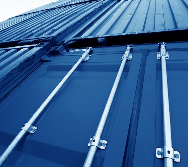 Patio de contenedores industriales para el negocio de importación logística. Foto Premium