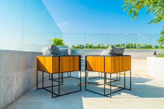 Patio exterior decorado con char y mesa. Foto gratis