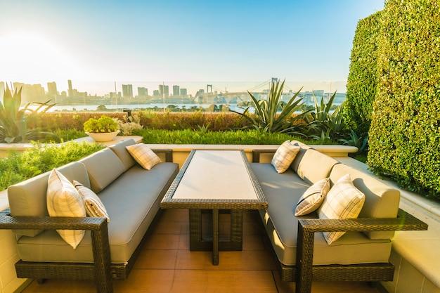 Patio exterior con mesa y silla. Foto gratis