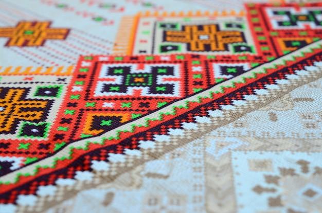 Patrón de bordado de punto de arte popular ucraniano tradicional en tela textil Foto Premium