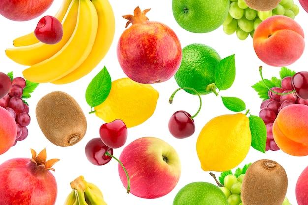 Patrón sin fisuras de diferentes frutas y bayas. frutas tropicales que caen aisladas en el fondo blanco Foto Premium