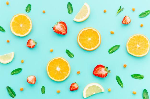 Patrón de frutas con hojas de menta. Foto gratis