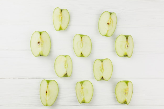 Patrón de rodajas de manzana sobre fondo blanco Foto gratis