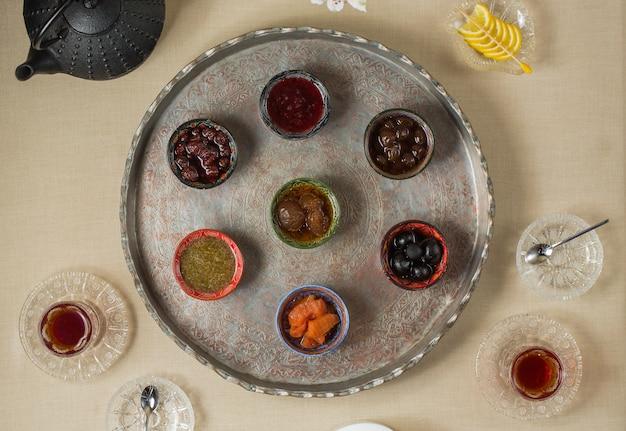Pausa para el té con variedades de selección de confitura Foto gratis