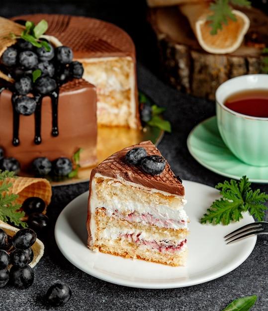 Un pedazo de pastel de chocolate con frutas del bosque Foto gratis