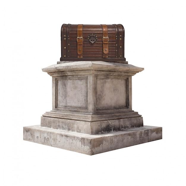 Pedestal con un baúl de madera Foto gratis