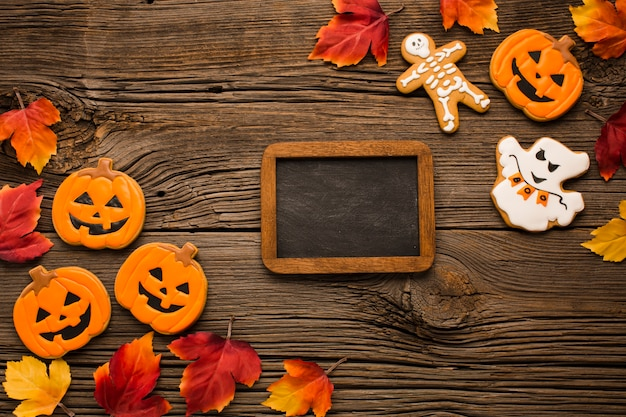 Pegatinas de fiesta de halloween en mesa de madera Foto gratis