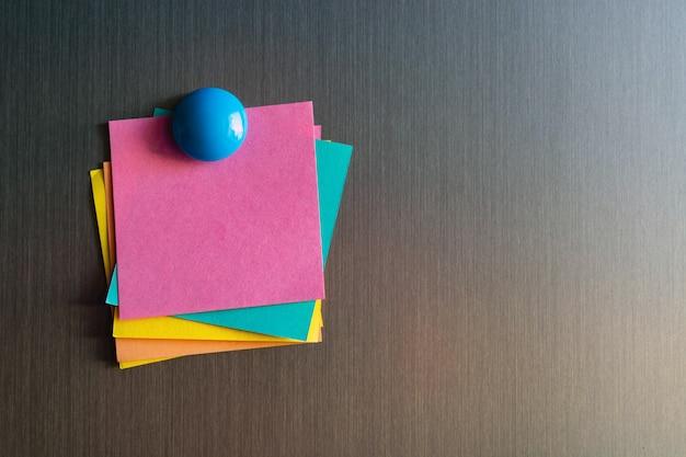 Pegatinas vacías para notas en el refrigerador con imanes. Foto Premium
