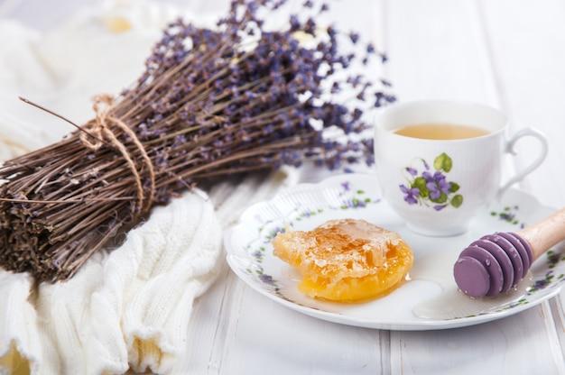 Peine de miel en un plato con los colores de lavanda Foto Premium