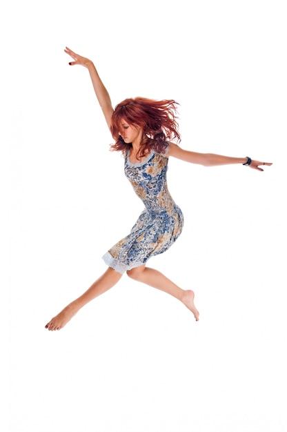 Pelirroja bailarina en blanco Foto gratis