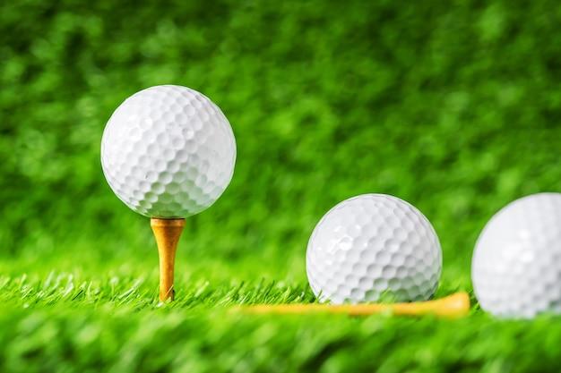 Pelota de golf con el fondo de la hierba verde, en primer de la ...