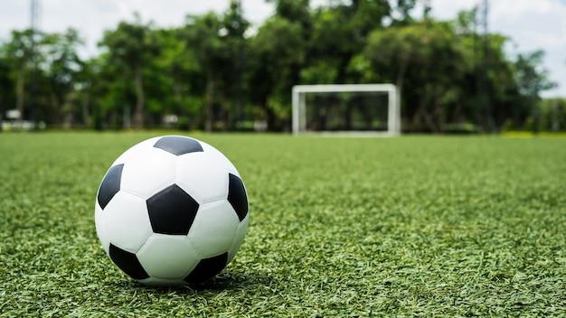 Pelota de fútbol campo de fútbol en hierba verde  6382faf76b973