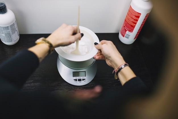 Peluquero de la cosecha que prepara el colorante del pelo Foto Premium