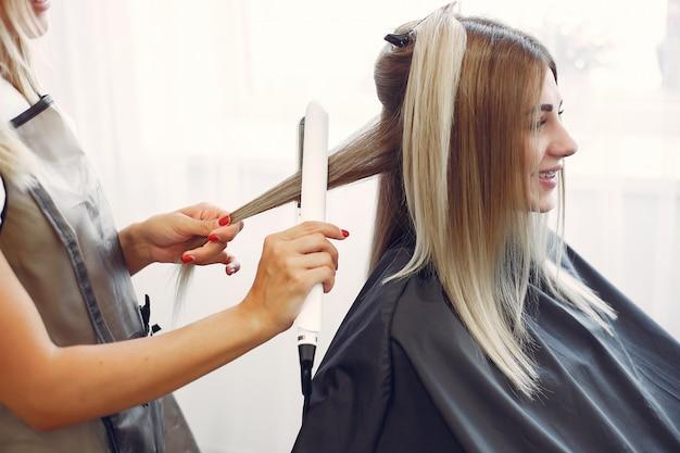 Peluquero hace peinado para su cliente Foto gratis