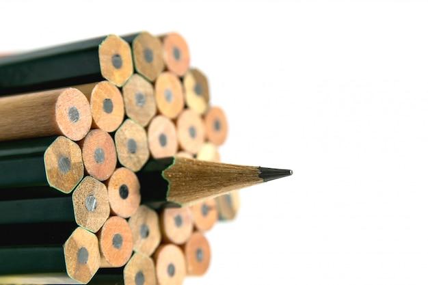 Pencils es un instrumento para escribir o dibujar, que consiste en una barra delgada de grafito o una sustancia similar encerrada en una pieza larga y delgada de madera o fijada en una caja de metal o plástico. Foto Premium