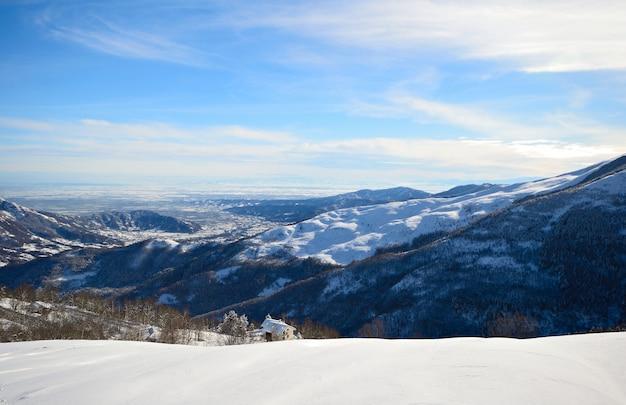 Pendiente nevada con magníficas vistas panorámicas de los alpes en invierno Foto Premium