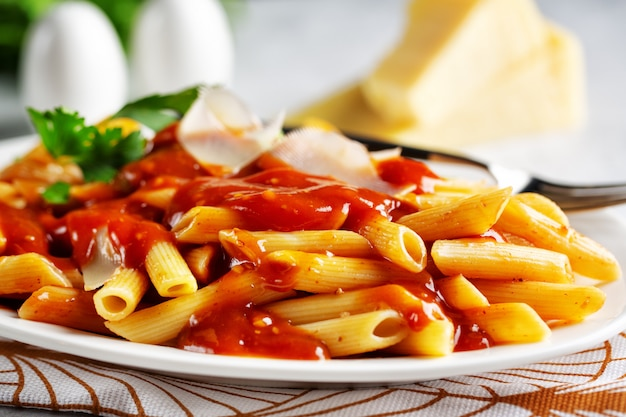 Penne pasta con salsa de tomate Foto Premium