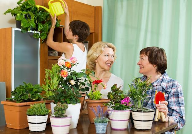 Pensionistas y mujeres mayores que cuidan plantas en el hogar Foto gratis