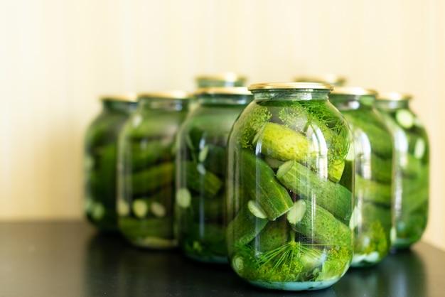 Pepinos en vinagre en frasco de vidrio sobre una mesa de