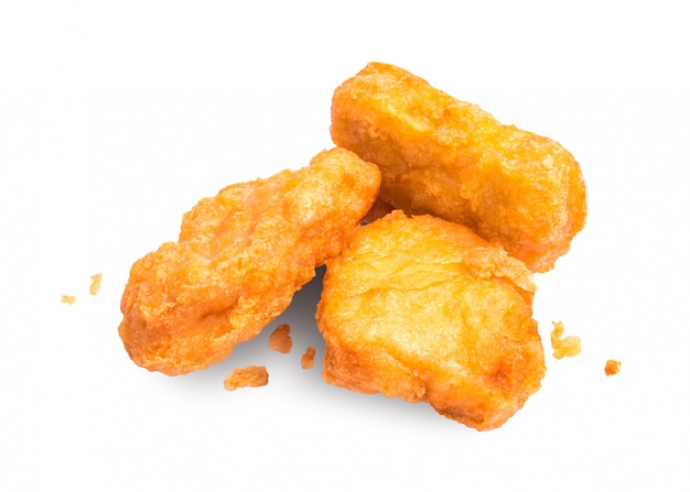 Pepitas de pollo aisladas en el fondo blanco. delicioso aperitivo a base de pollo. Foto Premium