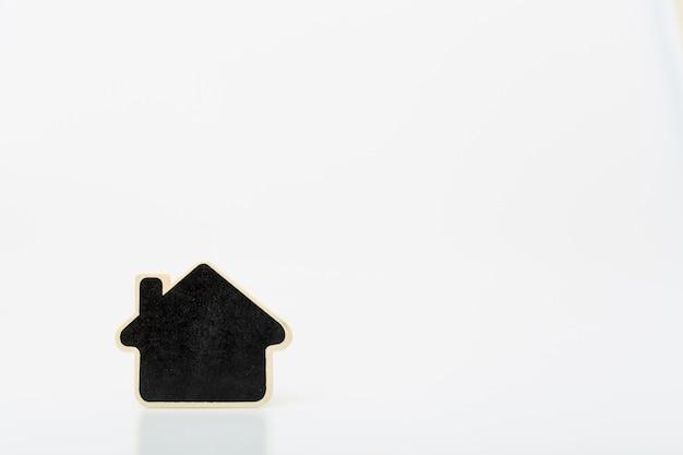 Pequeña casa de madera en tabel. concepto de negocio inmobiliario. Foto Premium