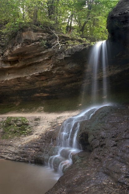 Pequeña cascada borrosa Foto Premium