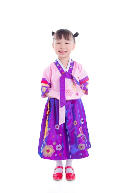 Pequeña muchacha asiática que lleva el traje tradicional coreano y ...