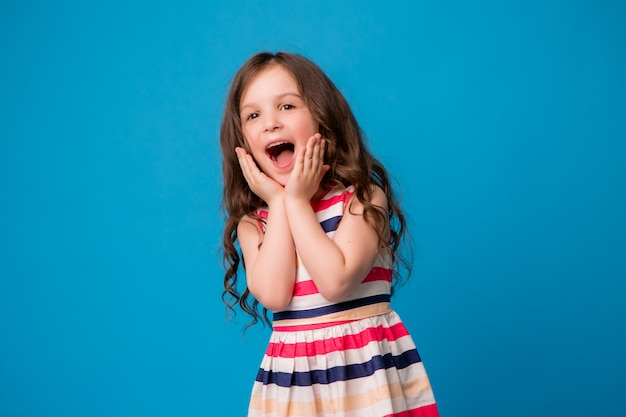 Pequeña niña sonriente en azul Foto Premium