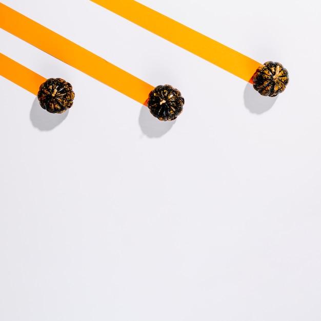 Pequeñas calabazas de halloween en rayas de papel | Descargar Fotos ...